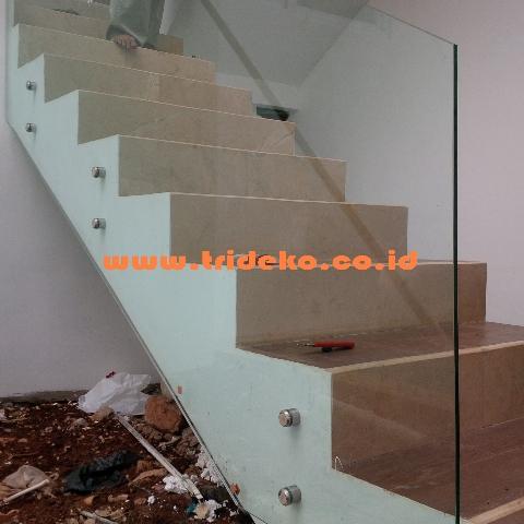 Railling tangga kaca